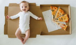 Ý tưởng chụp ảnh 12 tháng đầu đời của con với bánh pizza