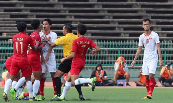 Cầu thủ Indonesia thường xuyên chơi xấu. Ảnh: Đức Đồng.