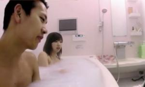 Mỹ nhân Nhật Bản 23 tuổi tiết lộ vẫn tắm với bố và anh