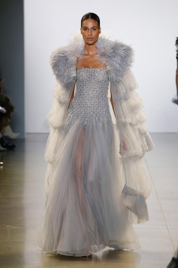Mẫu váy Josephine Skriver sử dụng vừa được trình làng tại New York Fashion Week mùa Thu/Đông 2019.