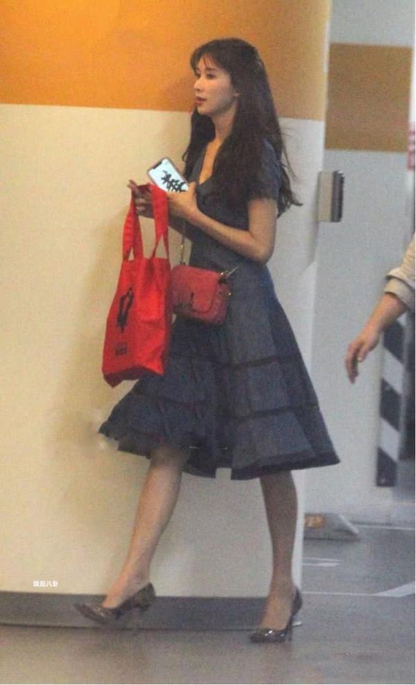 Mới đây, phóng viên ảnh bắt gặp khoảnh khắc Lâm Chí Linh đi gặp gỡ bạn học. Người đẹp diện váy xanh dài, tóc xõa buông xõa đơn giản.