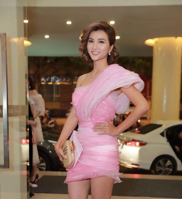 Dự tiệc cưới Anh Tài - Vũ Ngọc Ánh, diễn viên Tuổi thanh xuân Kim Tuyến chọn bộ đầm hồng sến sẩm với điểm nhấn nặng nề trên vai.