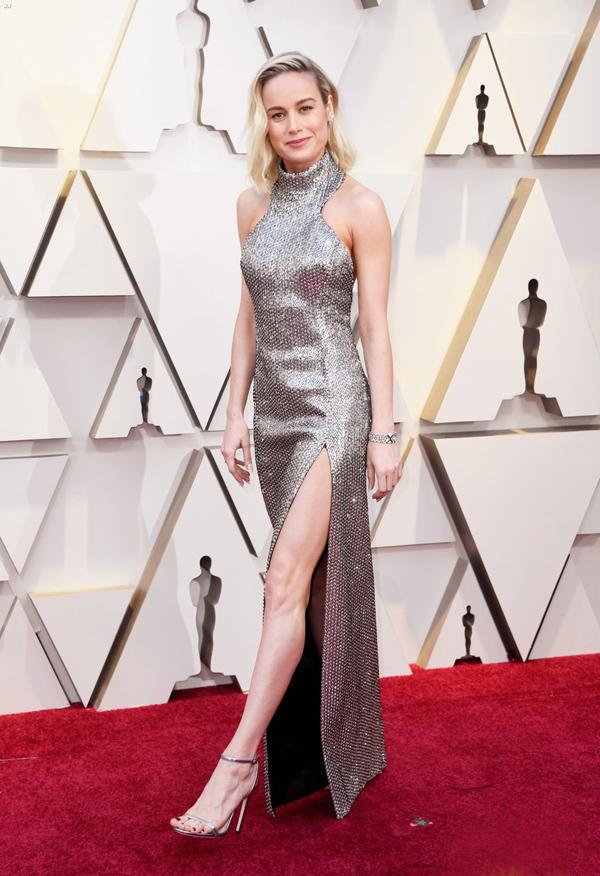 Cũng áp dụng xu hướng ánh bạc, Captain Marvel Brie Larson quyến rũ cùng tác phẩm từ nhà mốt Celine.