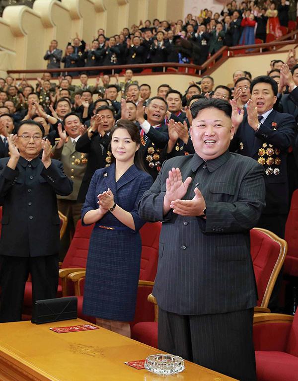 Vợ chồng Kim Jong-un thường đeo đồng hồ đôi giá bình dân - 2