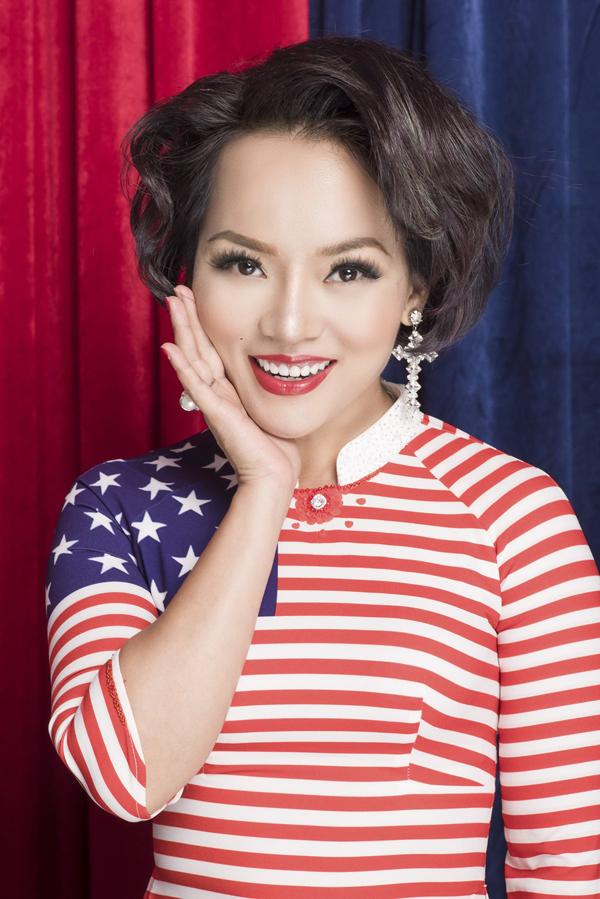 Áo dài họa tiết cờ nước Mỹ với những ngôi sao và sọc ngangtrắng đỏ xen kẽ.