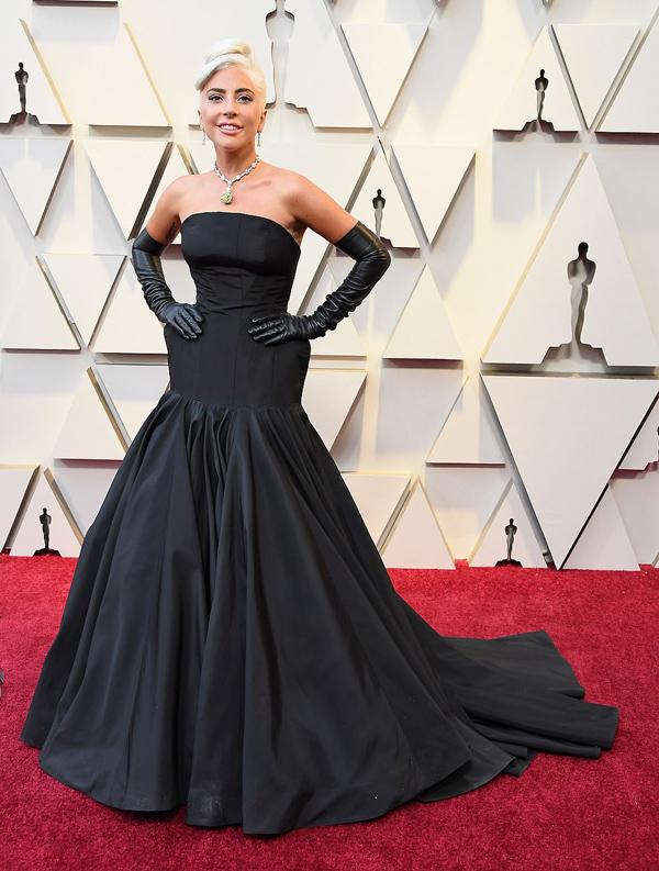Diện bộ váy Alexander McQueen dựng phom độc đáo, Lady Gaga gây chú ý khi đeo dây chuyền Tiffany với viên kim cương màu vàng nổi tiếng thế giới, nặng 128,54 carat, trị giá 30 triệu USD.
