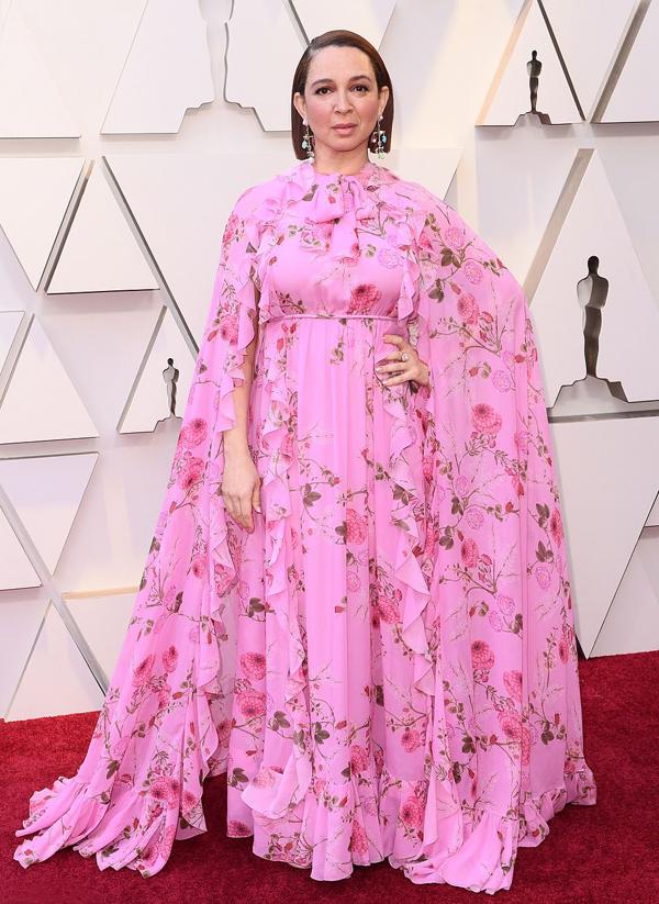 Maya Rudolph trông như vườn hồng di động trong trang phục rườm rà.