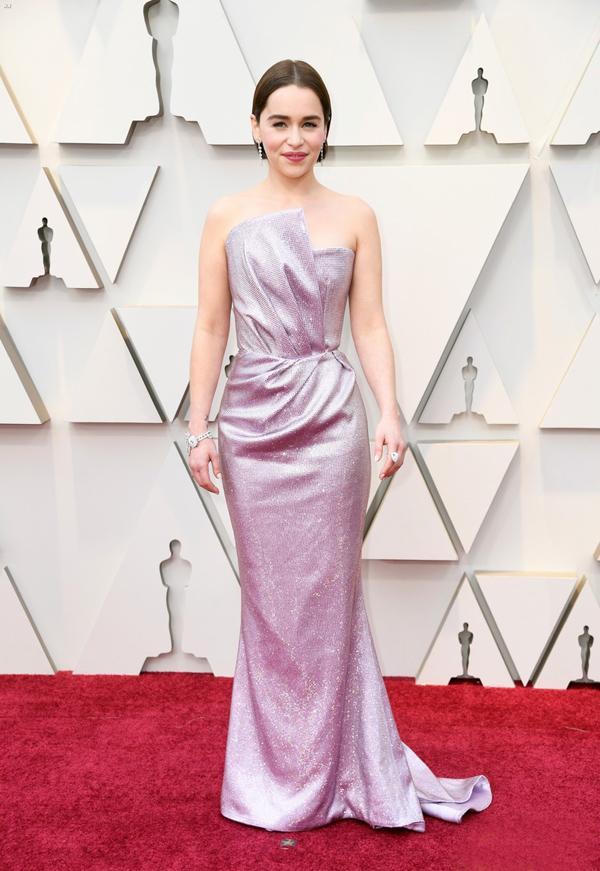 Ngôi sao Game of Thrones Emilia Clarke cải thiện chiều cao hiệu quả với váy Balmain lấp lánh.