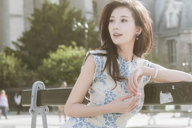 Lâm Chí Linh sinh năm 1974, là người mẫu nổi tiếng tại Đài Loan thập niên 2000. Với chiều cao lý tưởng, số đo ba vòng chuẩn cùng gương mặt thanh tú, Lâm Chí Linh luôn dẫn đầu danh sách bầu chọn top mẫu phụ nữ lý tưởng của đàn ông Đài Loan. Sau hơn 20 năm hoạt động giải trí, người đẹp họ Lâm vẫn giữ được vóc dáng quyến rũ và nhan sắc trẻ trung.
