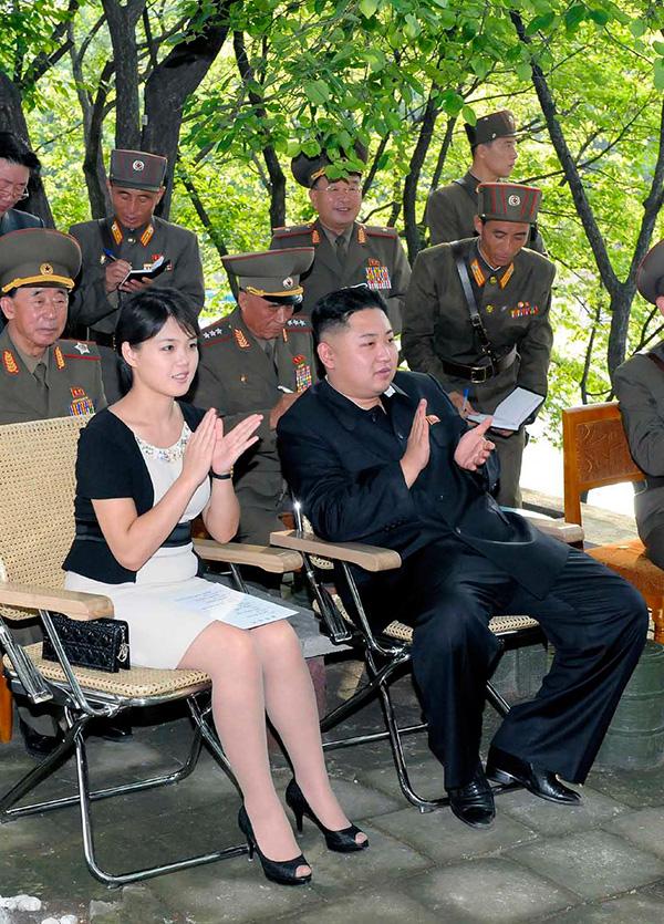 Vợ chồng Kim Jong-un thường đeo đồng hồ đôi giá bình dân - 7