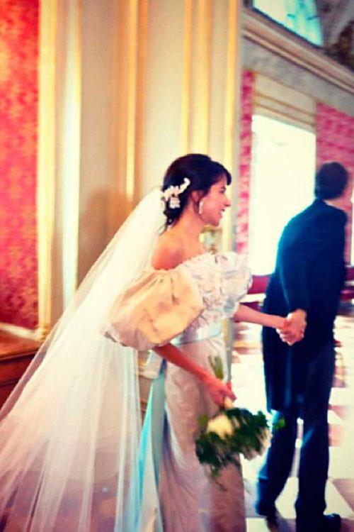Khi stylist Caroline Sieber - đại sứ thương hiệu của Chanelkết hôn với Fritz von Westenholz ở lâu đài tại Áo, cô đã chọn mặc đầm cưới dáng chữ A. Điểm nhấn nổi trội của bộ cánh nằm ở phần tay áo xòe, giúp thân hình mảnh mai của cô dâu trở nên đầy đặn hơn. Stylist kết hợp voan cưới và bờm đính đá để hoàn thiện vẻ ngoài trong ngày đại hỷ.