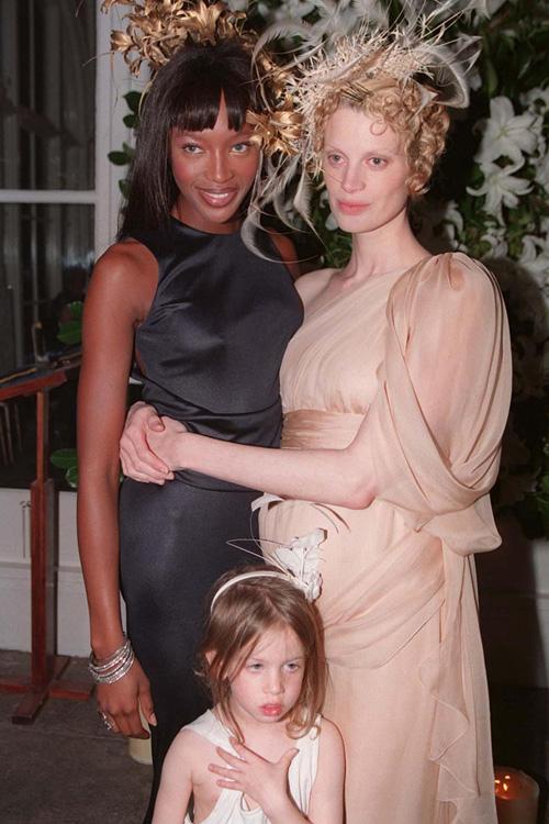 Cô dâu - người mẫu Kristen McMenamy chọn diện váy cướimang tông nude từ Chanel trong hôn lễ với nhiếp ảnh gia Miles Aldridge. Bộ váy không có họa tiết mà chỉ lấy thiết kế làm điểm nhấn. Đồng thời, để tạo vẻ nổi bật, cô dâu diện thêm mũ theo xu hướng hiện đại, có kết cấu lạ mắt. Trong đám cưới, cô dâu nhận được sự hỗ trợ từ phù dâu nổi tiếng là siêu mẫu Naomi Campbell.