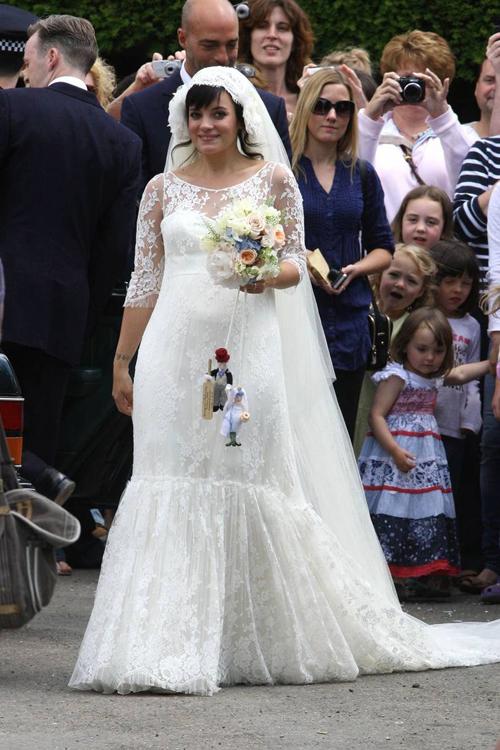 Trong đám cưới năm 2011 với Sam Cooper, Lily Allen đã nhờ cậy đến người bạn thân thiết là NTK tài ba Karl Lagerfeldphụ trách trang phục cưới. Cô dâu tiết lộ tin vui mang thai tới NTK và nhận được bộ đầm ren chấm đất, có cổ theo xu hướng cổ 2 trong 1 cùng một tấm voan trải dài. Ảnh: Bride