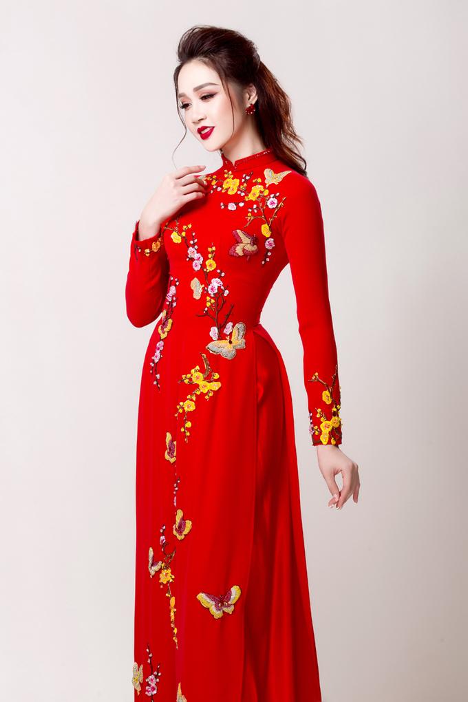 Siêu mẫu Lê Thu An khoe dáng với áo dài cưới truyền thống