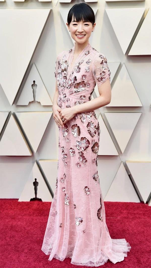 Nữ diễn viên Nhật Marie Kondo lần đầu tới thảm đỏ Oscar. Cô là ngôi sao trong bộ phim Tidying Up With Marie Kondo.