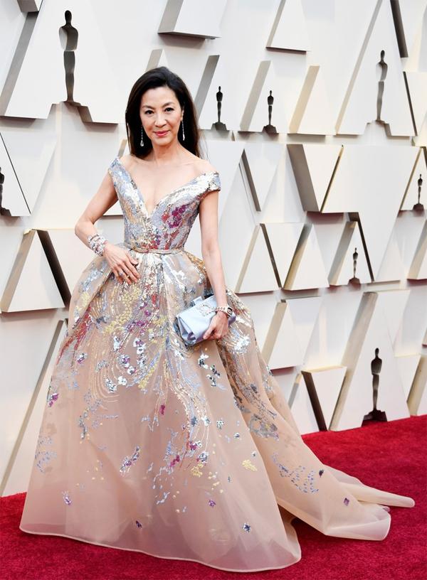 Minh tinh Hoa ngữ Dương Tử Quỳnh trẻ trung trong bộ đầm nude xẻ sâu. Cô đến cùng các ngôi sao phim Con nhà siêu giàu châu Á.