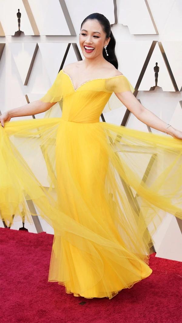 Constance Wu - nữ chính Con nhà siêu giàu châu Á - xúng xính trong bộ đầm Versace trên thảm đỏ nhà hát Dolby tối chủ nhật (sáng nay theo giờ Hà Nội).