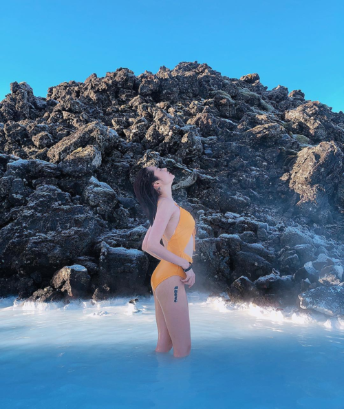 Bảo Anh tận hưởng sự bình yên bên Blue Lagoon -một khu nghỉ dưỡng nước nóng nổi tiếng ở Iceland.