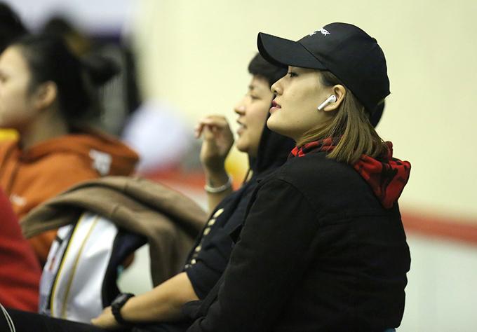Linh Chi cổ vũ các đồng đội thi đấu.