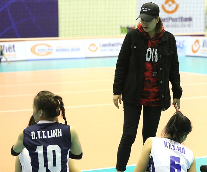 Linh Chi xuống sân động viên cả đội.