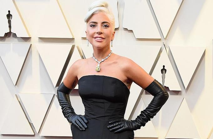 Gaga khoe dáng ở Oscar với viên kim cương Tiffany lấp lánh trên vòng cổ.