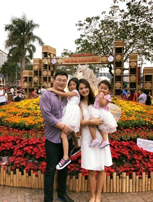 Hương Giang hạnh phúc bên chồng và hai con.