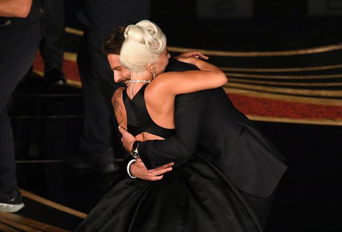 Cặp đôi ôm nhau tại sự kiện.