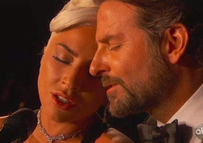 Gaga tựa vai người tình tin đồn ở cuối màn biểu diễn.