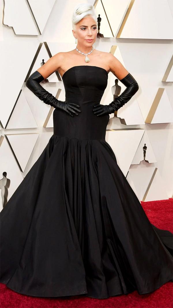 Lady Gaga diện đầm đen kiểu cách của Alexander McQueen. Cô nhận được 2 đề cử Oscar ở hạng mục Nữ diễn viên chính xuất sắc và Ca khúc hay nhất trong phim với Shallow trong A Star Is Born.