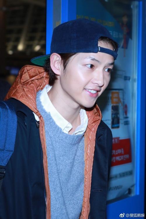 Song Joong Ki xuất hiện tại sân bay quốc tế Incheon hôm 24/2, anh lên đường sang Brunei đóng phim mới. Đây là lần đầu tiên tài tử lộ diện giữa hàng loạt tin đồn thất thiệt về hôn nhân suốt thời gian vừa qua.