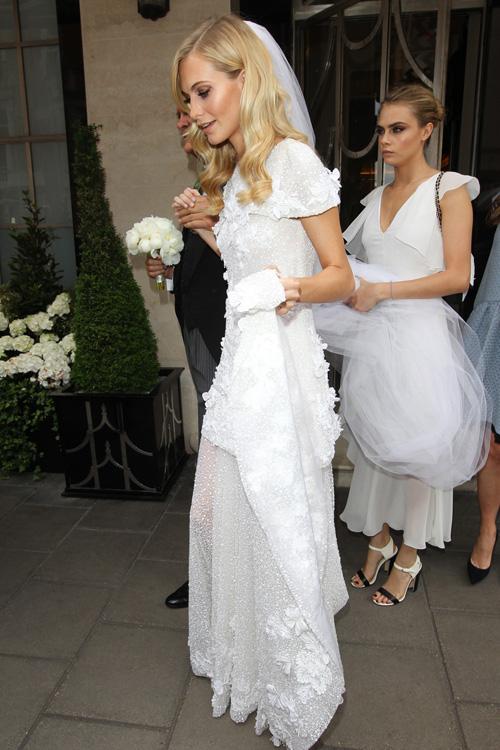 Các thiết kế váy cưới của Chanel dưới thời Karl Lagerfeld làm giám đốc sáng tạo đều hướng đến tôn vinh phong cách, dấu ấn riêng của từng cô dâu. Poppy Delevingne - chị gái của siêu mẫu Cara Delevingne chọn diện váy đến từ nhà mốt Chanel khi kết hôn với James Cook năm 2011. Bộ đầm trở nên ấn tượng với họa tiết hoa điểm xuyết tinh tế dọc thân và chân váy dài có thể tháo rời.