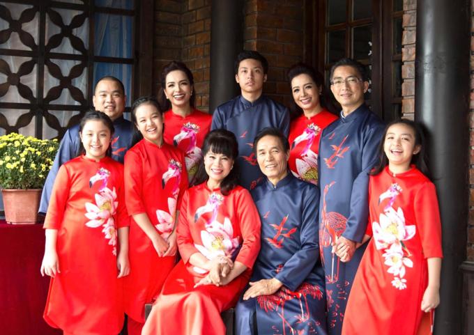 Thúy Hằng - Thúy Hạnh bênđại gia đình: Tranh thủ vẫn còn không khí xuân, khoe nốt tấm hình đại gia đình rực rỡ sắc xuân.