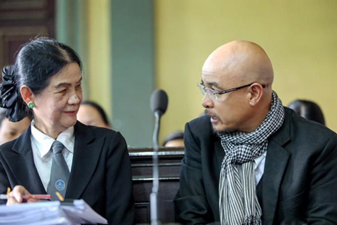 Ông Vũ trao đổi với luật sư trước giờ xử án. Ảnh: Thành Nguyễn.