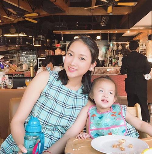 Yến Phương (vợ Lam Trường) hạnh phúcbên con gái.