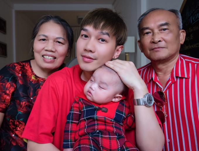 Bố mẹ không can thiệp vào quyết định làm single dad của Minh Ngọc. Họ cùng anh chia sẻ công việc chăm sóc thiên thần nhỏ.