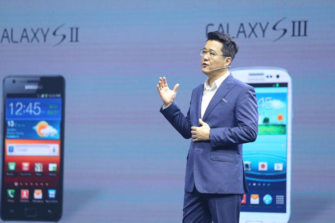 Mở màn sự kiện, Samsung cho trình chiếu hàng loạt chiếc Galaxy S từ thế hệ đầu tiên, nhắc người dùng nhớ về quãng đường 10 năm của dòng máy Android cao cấp này, trước khi chính thức giới thiệu bộ 3 sản phẩm mới.