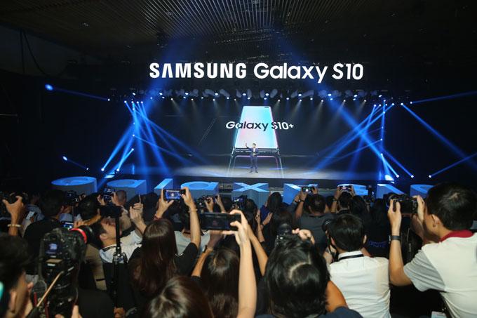 ... và giới thiệu Galaxy S10+ tại Việt Nam.