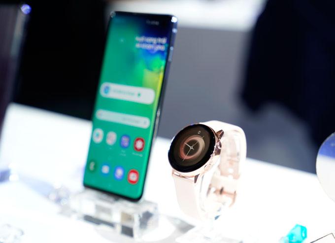 Phiên bản S10, S10+ bán tại Việt Nam sử dụng vi xử lý Exynos 9820. Galaxy S10 có dung lượng pin 3.400 mAh, trong khi bản S10+ có dung lượng pin4.100 mAh.