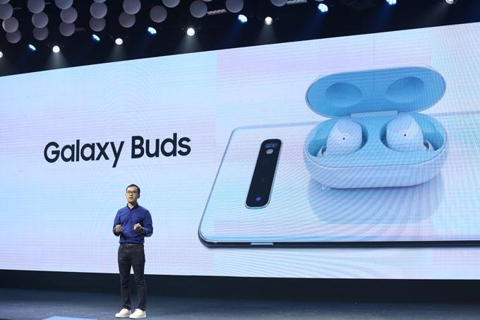 Galaxy S10/S10+ được trang bị chuẩn sạc nhanh không dây 2.0. Bộ đôi sở hữu tính năng PowerShare có thểsạc không dây cho tai nghe Galaxy Buds hay đồng hồ thông minh Galaxy Watch Active. Những thiết bị khác có sạc không dây có thể được chia sẻ năng lượng từ Galaxy S10/S10+.
