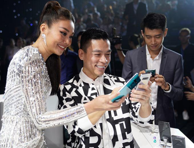 Nhiều nhân vật trong showbiz có mặt trong sự kiện ra mắt Galaxy S10 của Samsung. Siêu mẫu Thanh Hằng và nhà thiết kế Adrian Anh Tuấn trải nghiệm bộ ba smartphone mới.