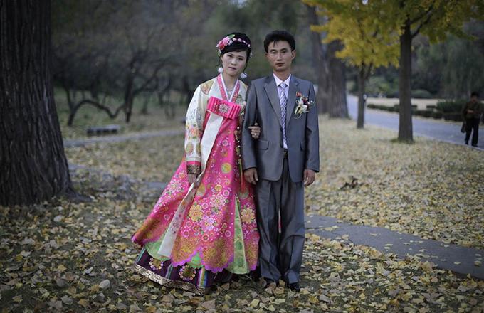 Một đôi vợ chồng Triều Tiênchụp ảnh ngày cưới. Ảnh: AP