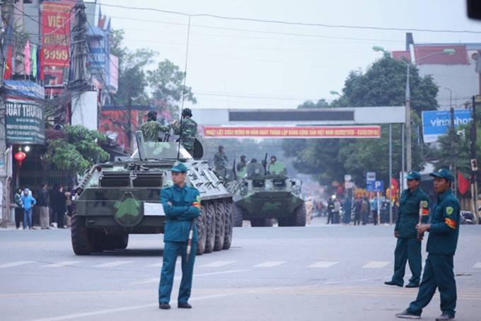 Tại Ngã 5 thị Trấn Kép - Lạng Giang - Bắc Giang, nơi có thể đoàn xe của ông Kim Jong-un sẽ đi qua để vào Hà Nội,lực lượng công an dựng rào chắn không cho các phương tiện đilại. Ảnh: Đình Tùng.