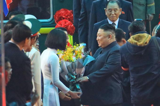 Nữ sinh tặng hoa Kim Jong-un ở ga Đồng Đăng