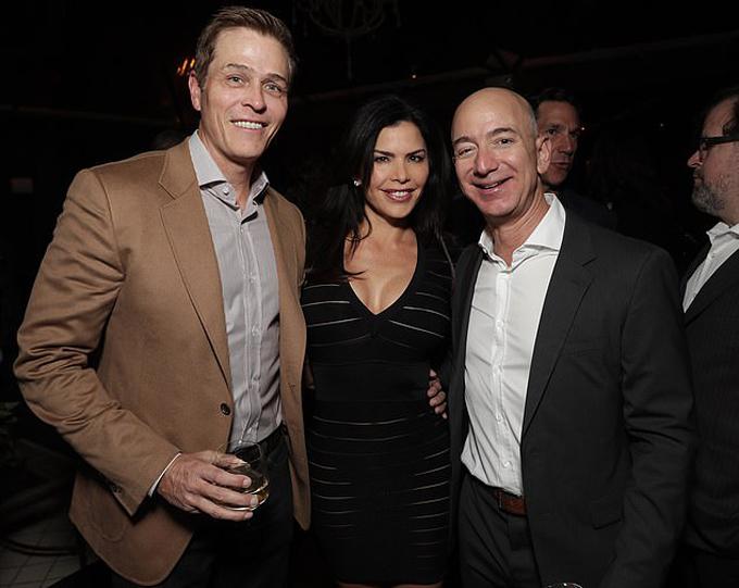 Patrick Whitesell (trái), Lauren Sanchez (giữa) và Jeff Bezos (phải) trong bữa tiệc Oscar năm 2016. Ảnh: Avalon.