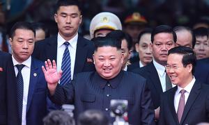 Kim Jong-un tươi cười chào khi bước xuống tàu