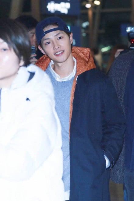Song Joong Ki đút tay vào túi áo suốt thời gian ra sân bay hôm 24/2.