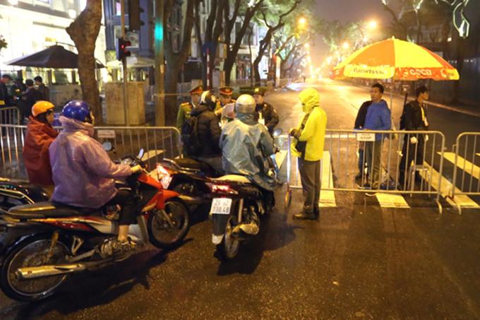 cảnh sát dựng rào chắn cấm mọi loại xe đi vào phố Lý Thường Kiệt, đoạn trước khách sạn Melia.Cảnh sát cầm trên tay danh sách các nhân viên khách sạn, ai có thẻ mới được vào. Một số nhân viên tập sự chưa có trong danh sách cũng bị cảnh sát chặn lại.
