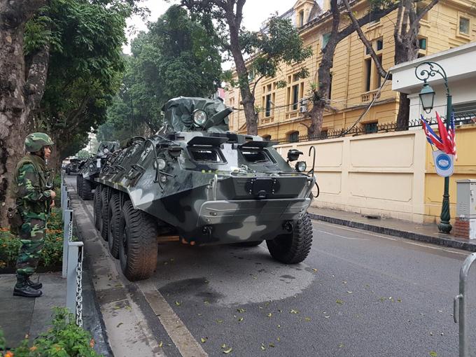 Tại phố Hỏa Lò, cách khách sạn Melia, nơi dự kiến lãnh đạo Triều Tiên ở, có bốn xe thiết giáp của quân đội túc trực.