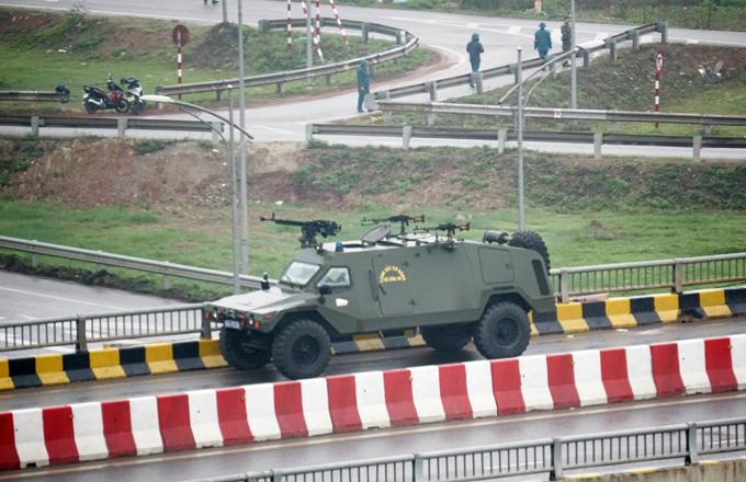 Xe bọc thép trên cầu vượt cắt ngang quốc lộ 1A, đoạn qua thành phố Bắc Giang