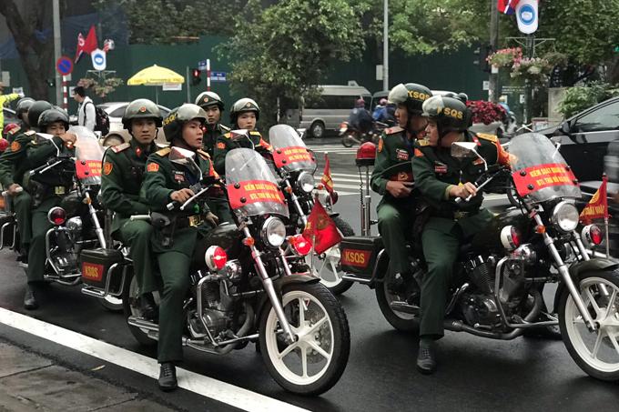 6h45,kiểm soát quân sự bắt đầu tuần tra các tuyến phố quanh khách sạn Melia như Lý Thường Kiệt, Ngô Quyền, Tràng Tiền...Ảnh: Phạm Dự.